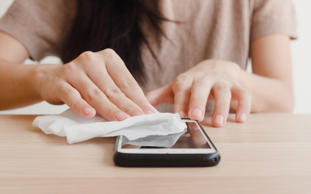 Cómo limpiar tu móvil: la mejor forma de desinfectarlo